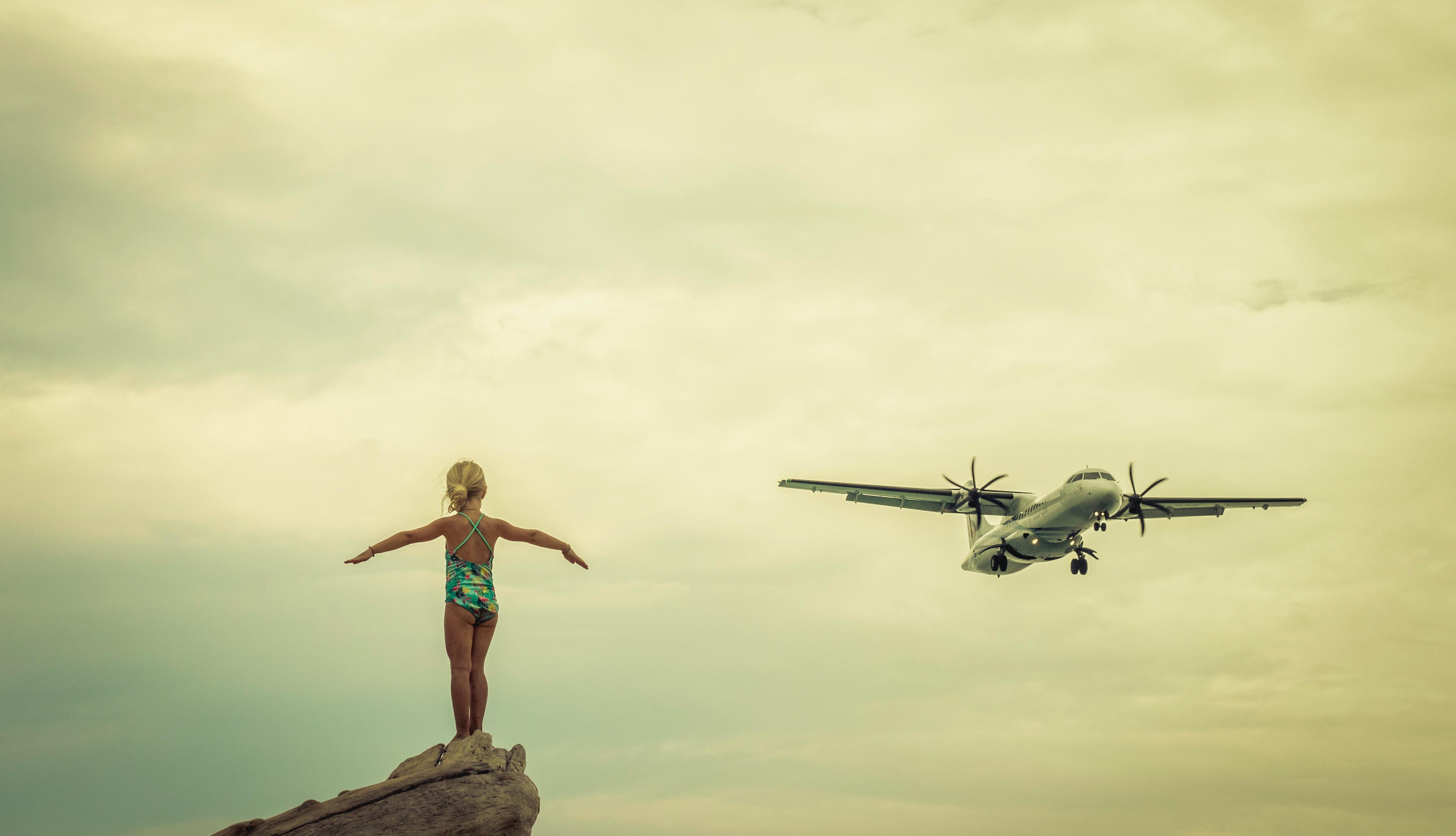 Liten flicka och flygplan