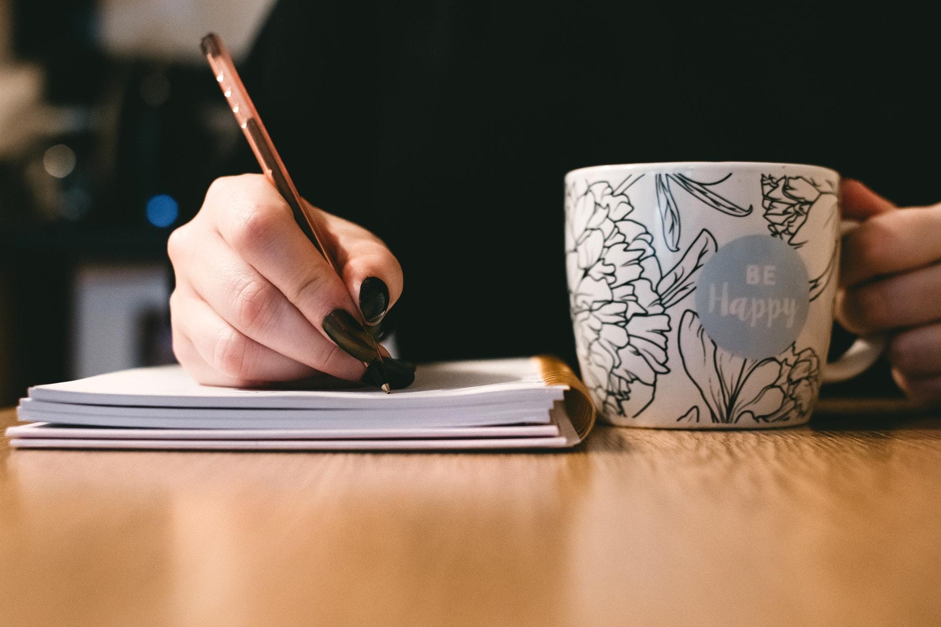 Skriver på ett papper